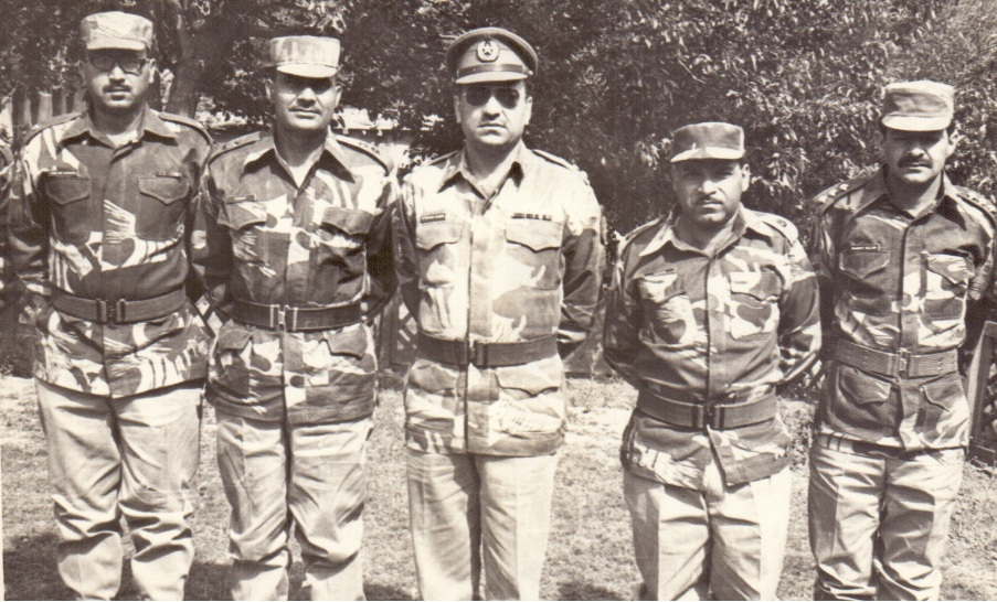 Lieutanant colonel with officers